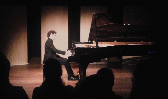 Emmanuel Despax schildert op piano